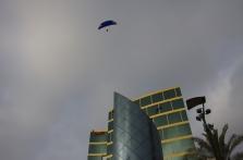 Les parapentes tutoient les gratte-ciel !