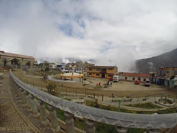 Place centrale de San Pedro de Casa peu avant l'arrivée du nuage