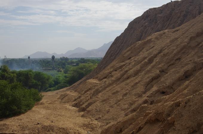 Vue de vallée de l'une des anciennes pyramides.