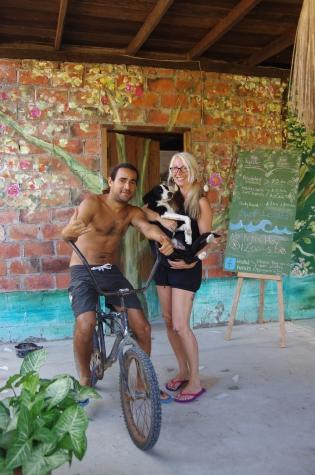 Elle est californienne, il est équatorien : voici le couple (très accueillant) de l'Hostel Arrels...