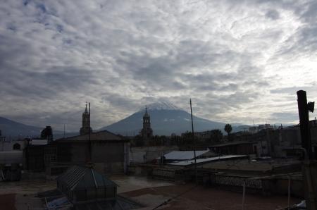 Le volcan El Misti trône au-dessus de la ville...