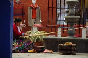 Une artisane tisse un vêtement traditionnel...