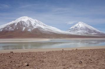 À droite du volcan se trouve le Chili et à sa gauche l'Argentine !